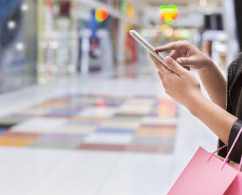 Mujer con aplicación móvil